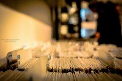 """Księgarnia muzyczna muzyczna <span class=""""content_bold"""">Nasza księgarnia muzyczna (<a href=""""http://www.muzyka-bez-zaiks.pl/muzyka-w-sklepie/"""">okazje na muzyka do sklepu</a>) oferuje zróżnicowany asortyment</span>  Nie tylko przed świętami, podczas poszukiwań darów doskonałych pod choinkę, wskazane jest sprawdzić świeży asortyment, który prezentuje swym klientom księgarnia muzyczna. Doskonale przygotowane propozycje obejmują różne gatunki muzyczne, dzięki czemu mogą znaleźć odbiorców wśród słuchaczy rozmaitej muzyki. Duża [TAG=oferta"""